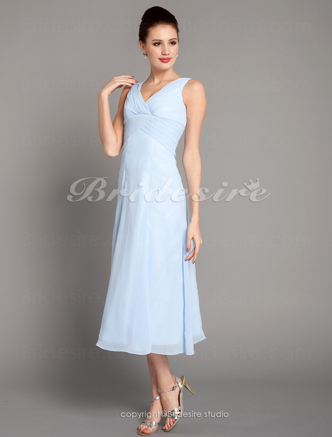 Corte A Hasta la Rodilla Gasa Escote en V Bridesmaid/ Wedding Party Vestido With Criss-Cross Bodice